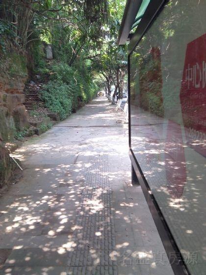 竹公溪公交站后面门市出售